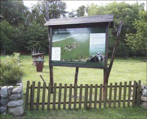 """Na terenie """"Chabeziówki"""" obok leśniczówki Szklana Huta można odpocząć i posiedzieć przy ognisku. Przygotowano w tym celu bezpieczne miejsce."""