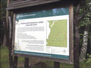 Tablica informacyjna na ścieżce przyrodniczo-leśniej na terenie Leśnictwa Szklana Huta to jeden z wielu takich obiektów w choczewskich lasach.