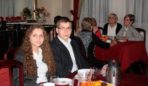 Klaudia Głodowska i Aleksander Sobkiewicz z I LO z kilkoma innymi rówieśnikami prowadzą na Wejherowskim Uniwersytecie Trzeciego Wieku zajęcia komputerowe, cieszące się dużym powodzeniem.