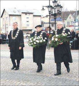 Kwiaty pod obeliskiem na Skwerze Jana Pawła II składają przedstawiciele Zarządu Powiatowego Cechu Rzemiosł MiŚP - ZP w Wejherowie (od lewej): podstarszy Mariusz Gustowski, prezes Brunon Gajewski i podstarszy Ryszard Pionk.