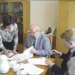 Prezes Cechu Brunon Gajewski podpisał umowę z przedstawicielem spółki B-ACT z Bydgoszczy. Ta firma zajmie się nadzorem inwestorskim nad budową szkoły.