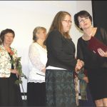 Bożena Conradi wręczyła nauczycielom i pracownikom administracyjnym Nagrody Dyrektora Szkoły (nagrodzeni również na zdjęciu u góry strony).