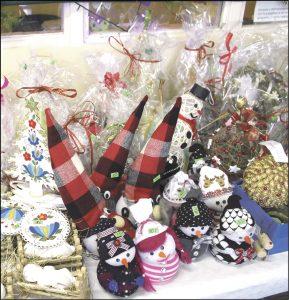 Na stoiskach można było kupić ozdoby, stroiki i kartki świąteczne.