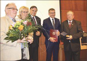 """Prezes ISS START Krzysztof Ruchalski (na obu zdjęciach po prawej stronie) odbierał Medal """"Za Zasługi dla Powiatu Wejherowskiego"""" oraz """"Medal Róży"""" i podziękowanie od władz Wejherowa."""