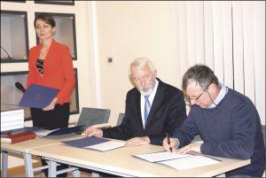 Podpisywanie umów z mieszkańcami w Urzędzie Miejskim.
