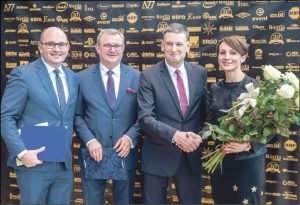 """Gratulacje prezesowi Jackowi Pomieczyńskiemu składali przedstawiciele władz miasta Wejherowa, przekazując też w imieniu prezydenta Krzysztofa Hildebrandta zaszczytny """"Medal Róży""""."""