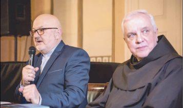 Maciej Tamkun i ojciec Adam Sikora, autorzy nowego wydawnictwa. Fot. Starostwo w Wejherowie