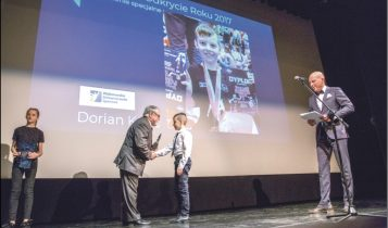 Nagrody najmłodszym sportowcom wręczał Hubert Skrzypczak. Po prawej radny Jacek Gafka - przewodniczący Kapituły Konkursowej, który również był jednym z prowadzących Galę. Fot. Urząd Miejski w Wejherowie