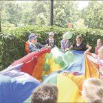 """Podczas inauguracji Letniej Biblioteki w Pałacu dzieci z Przedszkola """"Urwis"""" wzięły udział w wesołej zabawie przy muzyce. Animacje odbyły się na pałacowym tarasie, bo tego dnia (w piątek 13 lipca) padał deszcz."""