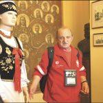 Uczestników kolonii w Rzucewie po ratuszu oprowadzał w ub. tygodniu przewodnik PTTK Jerzy Zalewski.