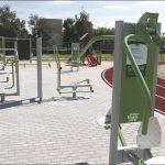 Na terenie nowego Centrum Sportu powstała m.in. zewnętrzna siłownia, dostępna dla zainteresowanych mieszkańców.