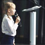 Zosia Tartas śpiewa, gra, pisze wiersze, maluje.