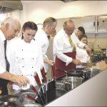 Podczas otwarcia goście i gospodarze gotowali razem w nowej kuchni.