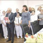 Podczas otwarcia Akademii, przewodniczący Rady Miasta Bogdan Tokłowicz przekazał Michałowi Pietrowskiemu, nauczycielowi zawodu, nową książkę kulinarną.