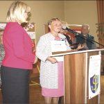 Alicja Orszulak, szefowa Sekcji Turystycznej WUTW dziękuje staroście Gabrieli Lisius za wspieranie działalności seniorów-piechurów.