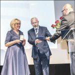 Starosta Gabriela Lisius odbiera z rąk prezydenta Krzysztofa Hildebrandta Medal Róży.