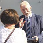 """Prezydent K. Hidelbrandt spotkał się z mieszkańcami na osiedlu Kaszubskim, w pobliżu Centrum """"Kaszuby"""", a także w okolicach CH """"Jantar"""". Przekazane podczas rozmów opinie i pomysły będą pomocne przy planowaniu działań w tej części miasta."""