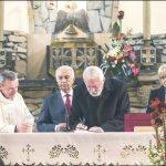 Podpis w pamiątkowej księdze składa prezydent Wejherowa Krzysztof Hildebrandt. Obok stroją (od lewej) ks. Daniel Nowak, Bogdan Tokłowicz i starosta Gabriela Lisius.