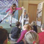 """W miniony wtorek w Miejskiej Bibliotece odbywało się przedstawienie """"Anaruk w Grenlandii"""", które dzieci oglądały z wielkim zainteresowaniem i podczas którego przeniosły się na daleką północ."""