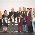 Nagrodzeni trenerzy razem z samorządowcami.