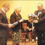 Arkadiusz Raguza (po prawej) - prezes Stowarzyszenia przyjmuje gratulacje od wicestarosty Jacka Thiela oraz dyrektor Powiatowego Zespołu Kształcenia Specjalnego w Wejherowie - Marzeny Woźniak.