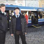 Kierowcami autobusu są (od lewej): Piotr Szoda (mistrz kierowców komunikacji miejskiej w Polsce) i równie znakomity kierowca - Tomasz Koliński.