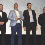 """Przedstawiciele KS """"Tytani"""", nagrodzonego w kategorii """"Wydarzenie Roku"""", razem z radnym Rafałem Szlasem, wręczającym nagrodę."""