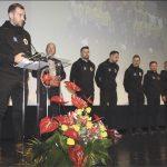 Drużyna 2018 roku - WKS Gryf Wejherowo razem w wręczającym nagrodę. przewodniczącym Rady Miasta Wejherowa Jackiem Gafką.
