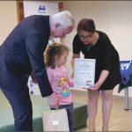Wyróżnienia otrzymali dorośli i najmłodsi czytelnicy biblioteki. Fot. Urząd Miejski
