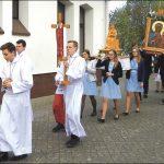 W ramach uroczystości wokół kościoła przeszła procesja (zdjęcie powyżej), a na terenie parafii odbyło się spotkanie integracyjne z poczęstunkiem i muzyką w wykonaniu orkiestry parafialnej (zdjęcie poniżej).