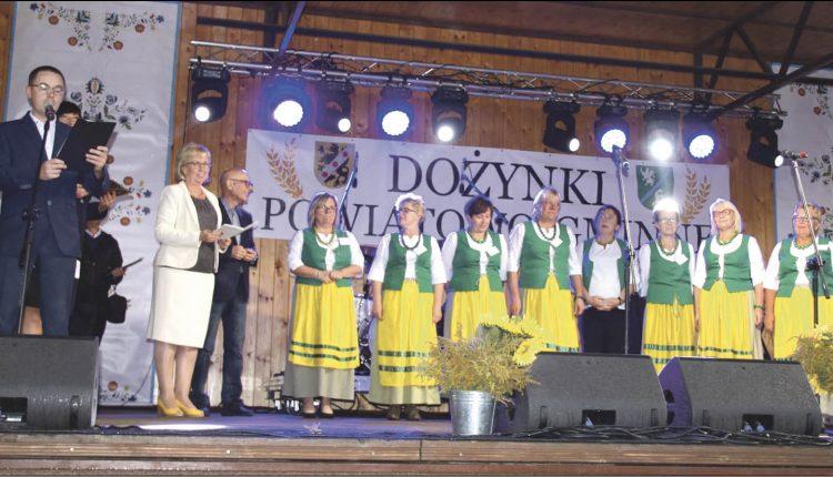 Panie z Koła Gospodyń Wiejskich w Strzepczu (gmina Linia), które w tym roku zdobyły tytuł najlepszego KGW w powiecie wejherowskim odbierają wyróżnienie z rąk starosty wejherowskiego Gabrieli Lisius.