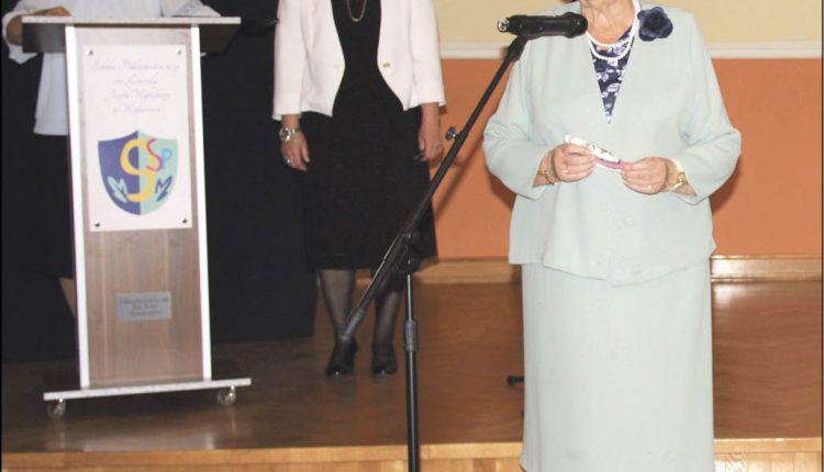 Podczas inauguracji roku akademickiego zaprezentowano wolonariuszy-wykładowców, którzy mówili o swoich zajęciach. Wśród nich była m.in. Bogna Zubrzycka (na pierwszym planie).