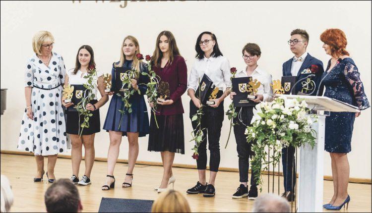 Na zdjęciach laureaci nagród i medali w towarzystwie starosty wejherowskiego Gabrieli Lisius, wicestarosty Jacka Thiela oraz przewodniczącego Rady Powiatu Wejherowskiego - Józefa Reszke.