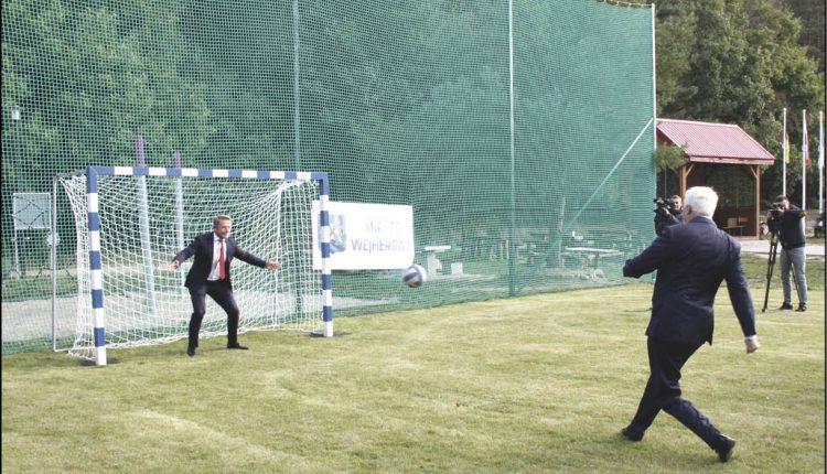Pierwszego gola na nowym boisku strzelił prezydent Krzysztof Hildebrandt, pokonując bramkarza - radnego Rafała Szlasa.