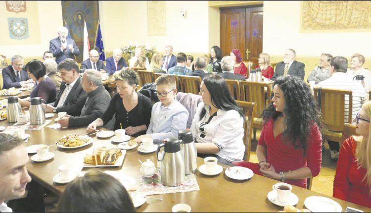 W grudniu w świątecznej oprawie i nastroju, w sali ratusza spotkali się m.in. członkowie Klubu Miłośników Wejherowa oraz sekcji wejherowskich Morsów. Fot. Urząd Miejski w Wejherowie
