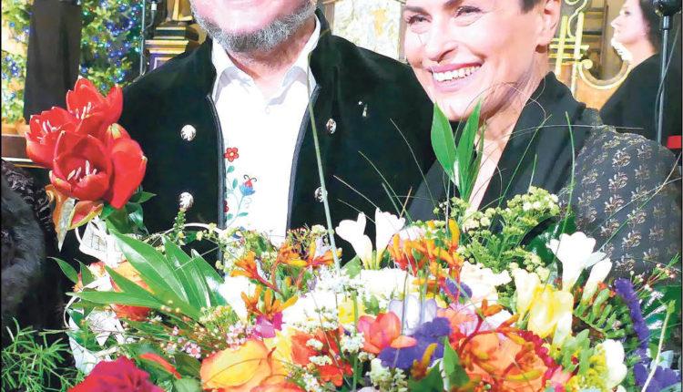 Nagrodzona kwiatami i brawami Danuta Stenka w towarzystwie Tomasza Fopke, który razem z Chórem Cantores Veiheroviensis i zespołem pod kierunkiem Cezarego Paciorka, zapewnił piękną oprawę muzyczną.