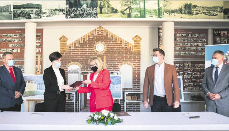 Starosta wejherowski Gabriela Lisius przekazuje podpisaną umowę dyrektor PZS nr 1 - Katrzynie Bojke, w obecności przedstwicieli Starostwa oraz wykonawcy inwestycji.